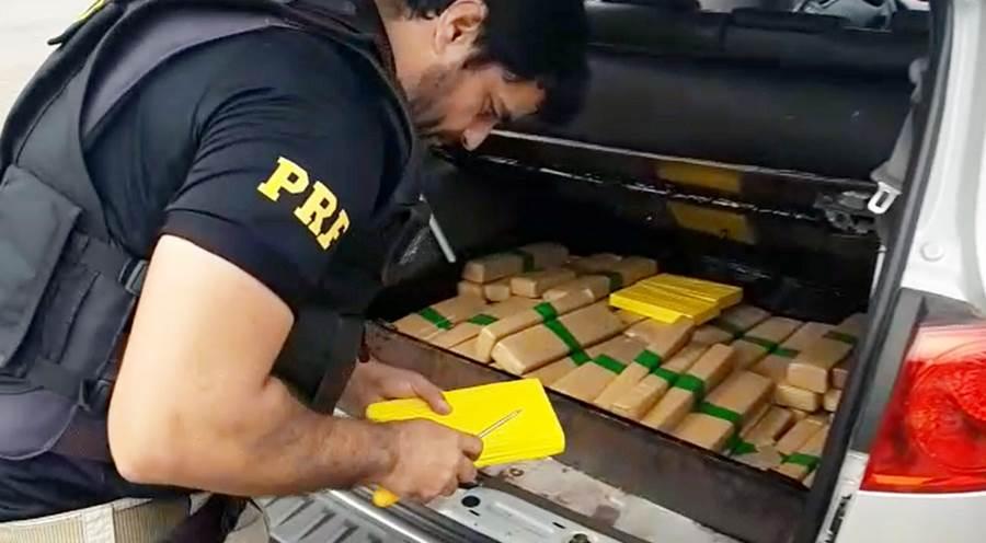 Motorista é preso com mais de 70 tabletes de maconha e cocaína durante fiscalização na BR-116