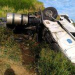 Carreta carregada com oxigênio tomba e deixa dois feridos na Serra da Vileta em Leopoldina