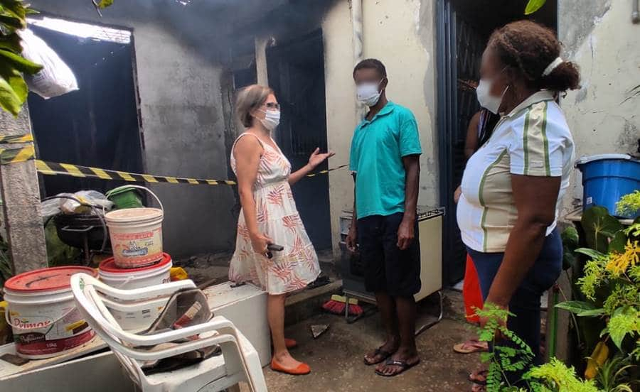 Serviço Social da Prefeitura de Leopoldina atende família que teve casa incendiada no Bela Vista
