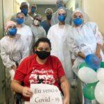 Profissionais da CCL fazem corredor de palmas durante alta de paciente que ficou 12 dias intubada